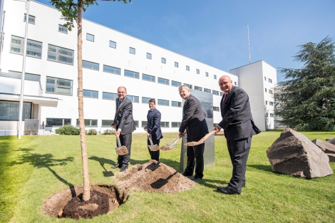 Officials plant an oak tree at the inauguration ceremony of the EFI Office in Bonn